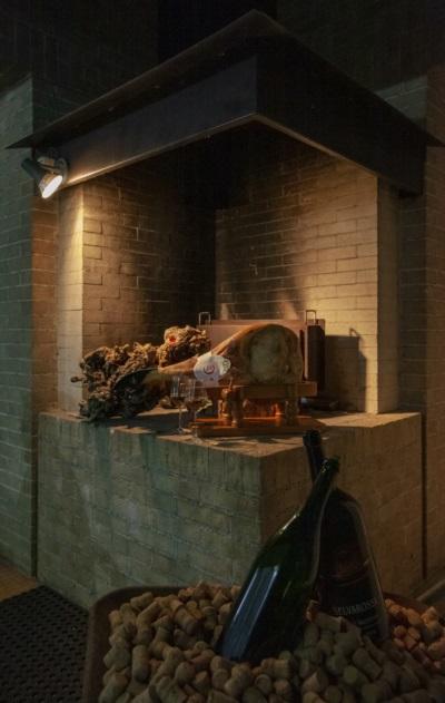 La griglia esterna ambientata con il prosciutto Coradazzi con osso
