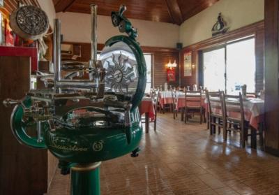 """La sala interna dell'Osteria Al Baccaro. In primo piano la """"Snaidero Mirco"""" affettatrice artigianale"""
