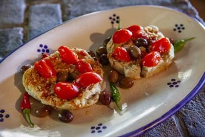 La frisa, tipica salentina, pane tostato condito con solo prodotti naturali